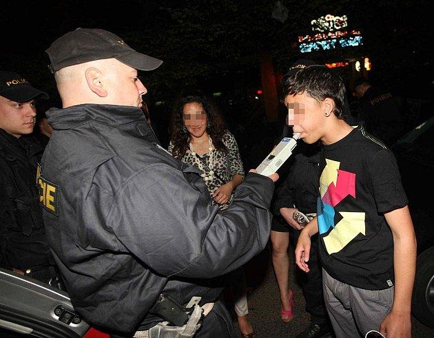Policisté dávají fouknout mládeži před restaurací