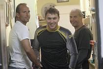 Útočník Martin Ručinský (vlevo) se zdraví s brankářem Martinem Volkem.