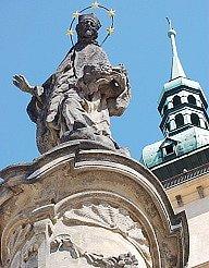 Dvě barokní sochy u děkanského kostela budou přestěhovány do nedaleké kaple svatého Ducha.