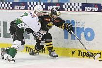 Litvínov (v černém) doma porazil Karlovy Vary v prodloužení 4:3.