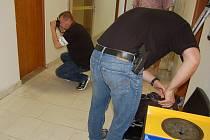 Policie v pondělí 15. července zapečetila na mosteckém magistrátu některé kanceláře a kvůli podezření z korupce si odvezla balíky dokumnentů.