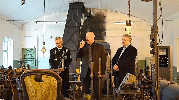 V Podkrušnohorském technickém muzeu opravili parní těžní stroj. Zleva ředitel muzea Zbyněk Jakš, hejtman Oldřich Bubeníček a mostecký poslanec Vlastimil Vozka.