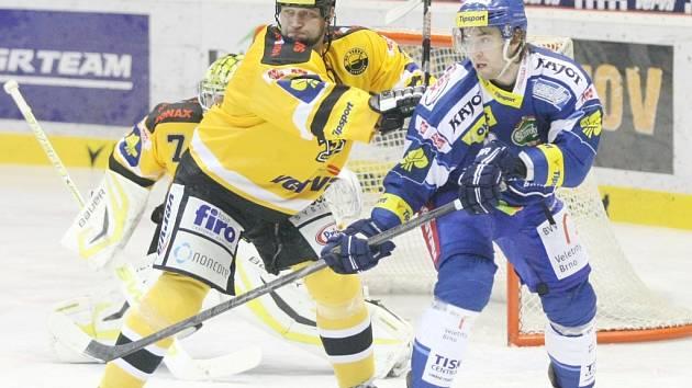 Porážce s Brnem nedokázal zabránit ani zkušený bek Jiří Šlégr (ve žlutém).