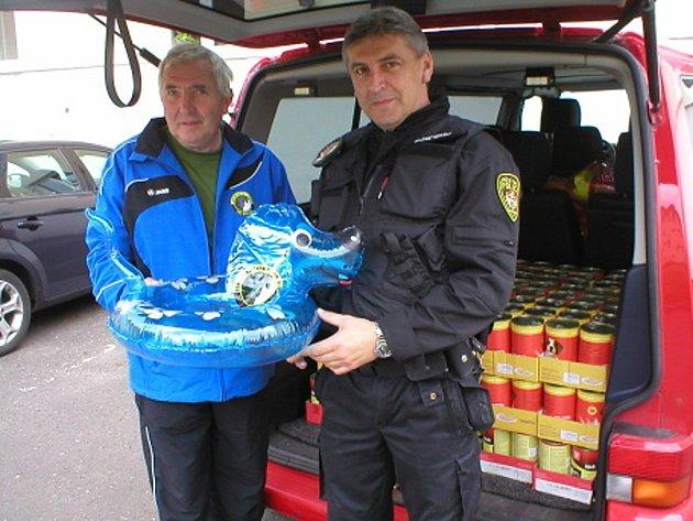 Vedoucí litvínovského útulku Štefan Horský a velitel Městské policie v Litvínově Zdeněk Urban s pomocí pro Neratovice.