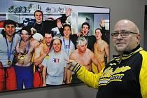 Litvínovský fanoušek Petr Pracný a legendární fotka litvínovských hokejistů a maséra Václava Šaška z japonského Nagana. Snímek dnes zdobí litvínovský zimní stadion.