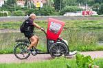 Cyklista Rudolf Hauf z Mostu vozí jako dobrovolník v rikše seniory z Domova Velké Březno.