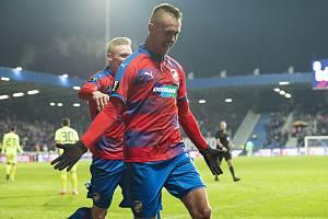 Plzeňský stoper Luděk Pernica se raduje po druhé brance do sítě Dinama Záhřeb.