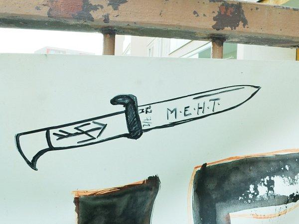 Označení MEHT a RZM na obrázku dýky odkazuje na nacistickou ideologii.