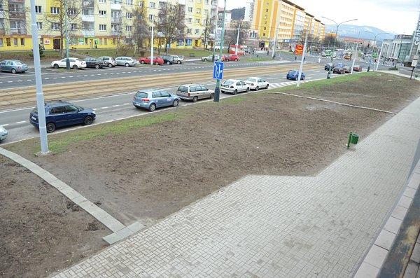 Situace uRozkvětu vMostě. Tady si lidé vybudovali chodníčky sami.