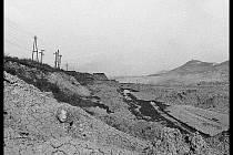 Poušť na Mostecku vzniklá při těžbě uhlí. V pozadí Hněvín, 70. léta.