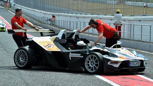 Závodní speciály, GT a prototypy od 80. let minulého století až po současnost se proháněly po velkém závodním okruhu mosteckého autodromu.