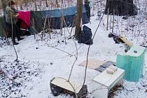 Jeden z příbytků bezdomovců na mosteckém Šibeníku v minulých letech.