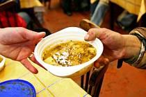 Rozdávání polévky bezdomovcům.