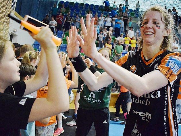 Kateřina Dvořáková slaví s fanoušky zisk posledního českého titulu. Je už jejím pátým v řadě.