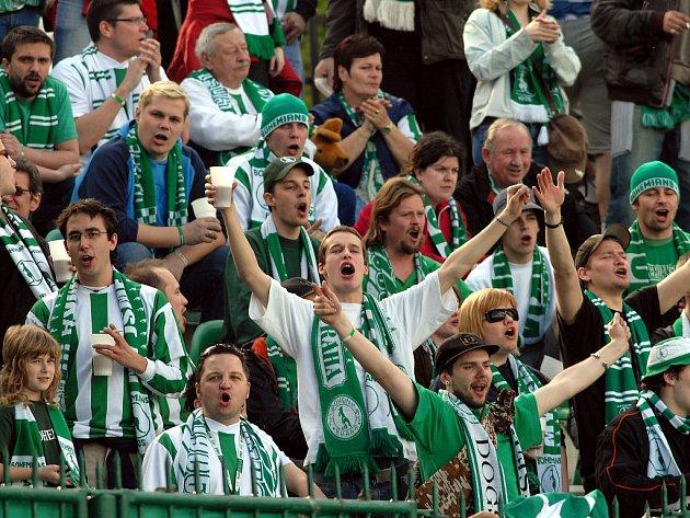 Fanoušci Bohemians povzbuzují svůj tým.