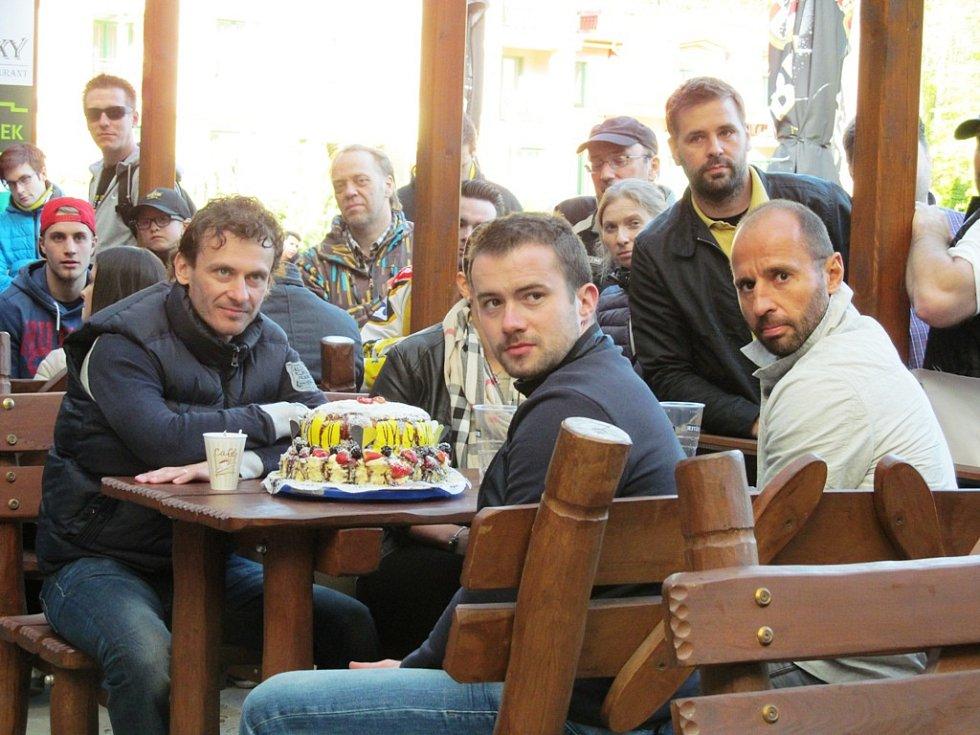 Viktor Hübl, Jakub Petružálek a Martin Ručinský. V pozadí stojí marketingový šéf klubu Jan Klobouček.