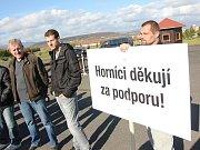 Horníci vítají prezidenta Miloše Zemana na mosteckém hipodromu.