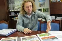 Ředitel gymnázia Jan Novák nad vizualizacemi nového hřiště.