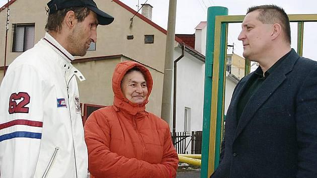 Místostarosta města Litvínova Martin Klika diskutuje s obyvateli před ubytovnou U Bílého sloupu, která je určena pro sociálně slabé a nepřizpůsobivé lidi. Tamní obyvatelé se mu svěřují s problémy.