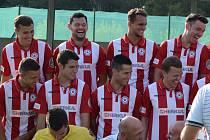 Vysmátí fotbalisté divizního Baníku Souš absolvovali na začátku týdne týmové focení. V sobotu míří na trávník stoprocentní Aritmy Praha.