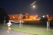 V Mostě si lidé užili nočního běhu.