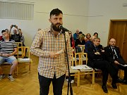 Petr Globočník z Litvínova hájí v diskuzi občanů na zastupitelstvu svůj podnět vyhlásit místní referendum o nové plavecké hale.