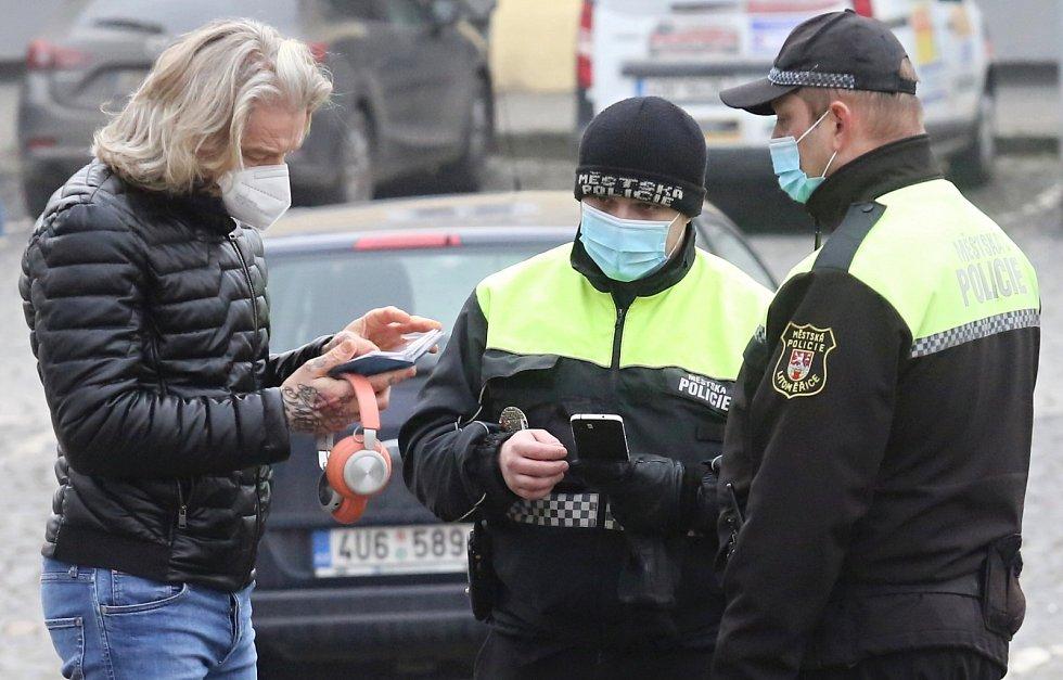 Strážníci kontrolují povinné nošení roušek na veřejných místech v Litoměřicích