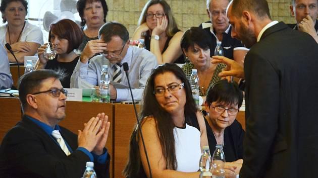 Diskuze mezi členy ANO a primátorem Janem Paparegou před zahájením jednání.