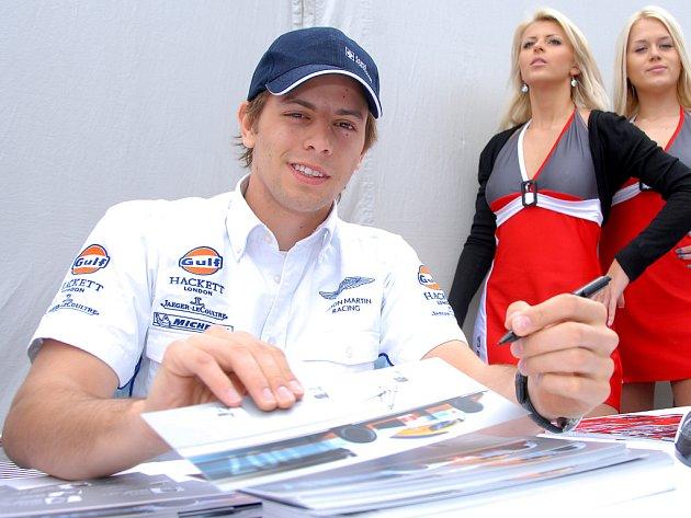 Jan Charouz při autogramiádě na mosteckém autodromu.
