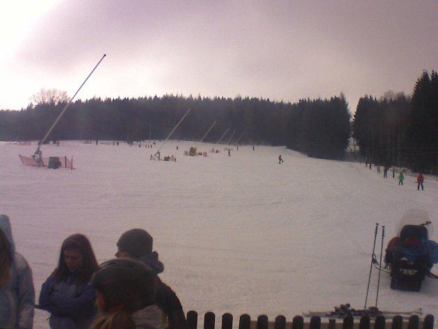 Ski areál Český Jiřetín v neděli po 11. hodině. Záběr z kamery.