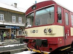 Motoráček na nádraží na Moldavě.