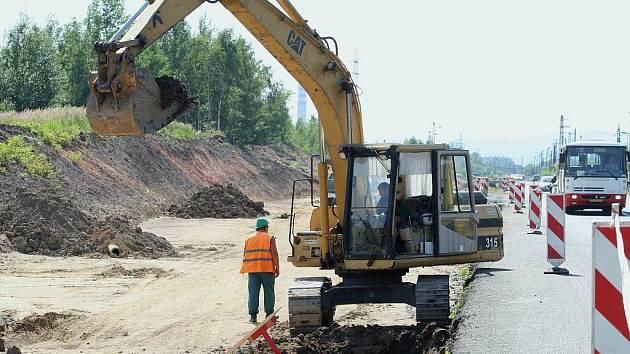 Stavbě nového přemostění v Třebušicích předcházela stavba čtyřproudové silnice z Mostu ke Komořanům.