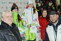 Daniela Pejšová vyhrála zlato. Ceny jí předali šéfredaktor Mosteckého deníku Edvard D. Beneš (vlevo) a hokejista Jiří Šlégr.