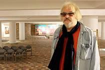 Končící ředitel Galerie výtvarných umění v Moste Petr Svoboda při instalaci své poslední výstavy v galerii.