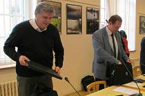 Koaliční zastupitelé Vlastimil Doležal (vlevo) a Adrian Javorek se připravují na jednání.