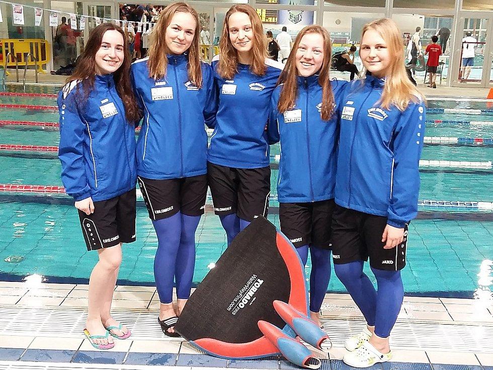 Medailistky ze světového poháru zleva Daniela Uhlířová, Eliška Trollerová, Karolína Dérerová, Karolína Žižková a Lucie Kolaříková.