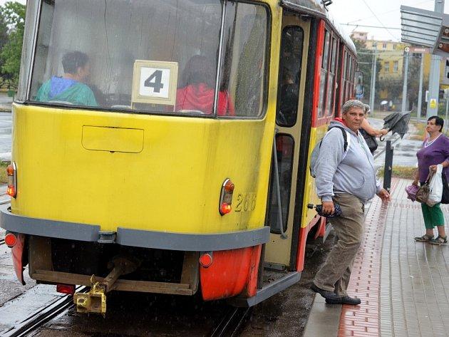 Ranní tramvaj přijela do Mostu od Litvínova. Průjezd kolem chemičky byl vpondělí vnoci obnoven.