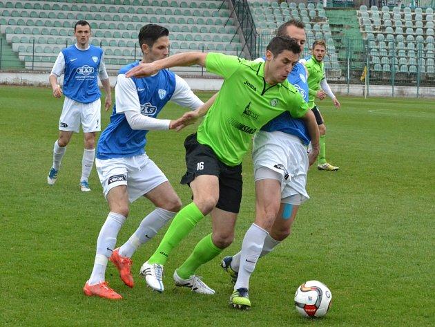 Jiří Procházka (v zeleném) se snaží prosadit proti přesile Táborska.