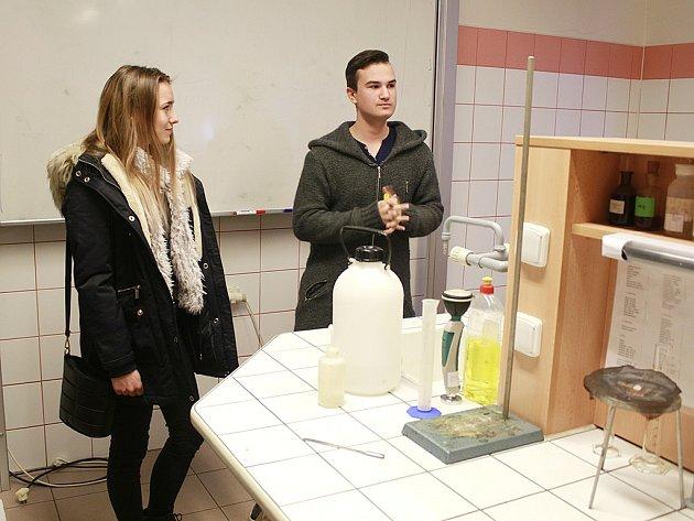 Zájemci o studium se mohli podívat i do laboratoře chemie, kde probíhá praktická výuka.