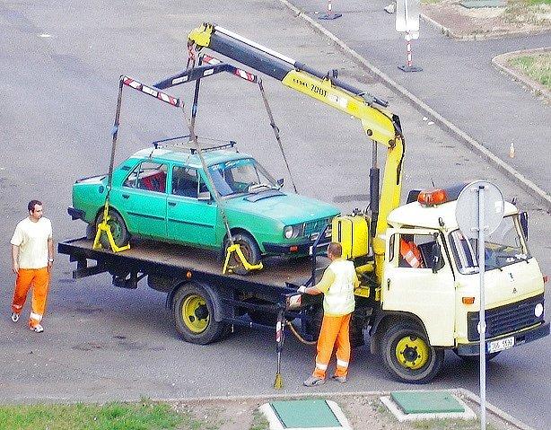 Odtahová služba nakládá auto na sídlišti Liščí Vrch.