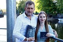 Vydavatelství Prostor ke knize o Cohenovi vydalo ještě báječné CD. Na snímku je Aleš Lederer a zpěvačka  Barbora Mochowa.