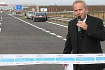 Otevření nové silnice a mostu přijel moderovat Alexandr Hemala.