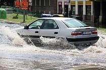 Velká průtrž mračen umí potrápit řidiče v Mostě i během léta.