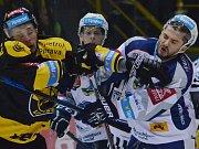 Hokejisté Komety Brno (v bílém) si doma poradili s Olomoucí, kterou porazili 4:2.