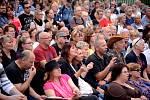 Letní amfiteátr na mosteckém Benediktu byl v sobotu večer narvaný příznivci lidové hudby.