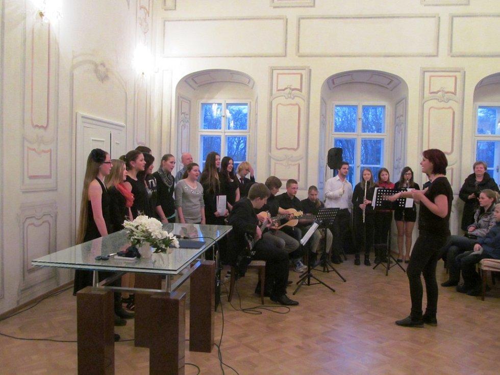 Vernisáž zahájil pěvecký sbor litvínovského gymnázia.