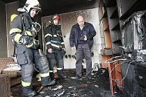 Hasiči ve vyhořelém bytě na Liščím vrchu.