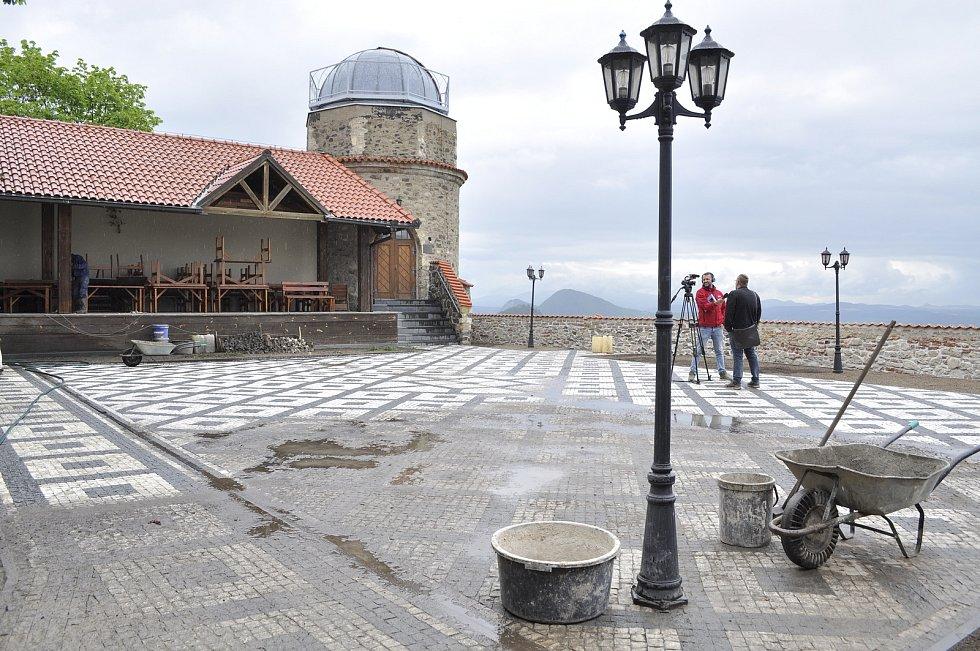 Archeolog Milan Sýkora na nádvoří mosteckého hradu, kde se našly zbytky šlechtického paláce z éry kolem roku 1500. Zdokumentovaný prostor je už zasypán a vydlážděn.