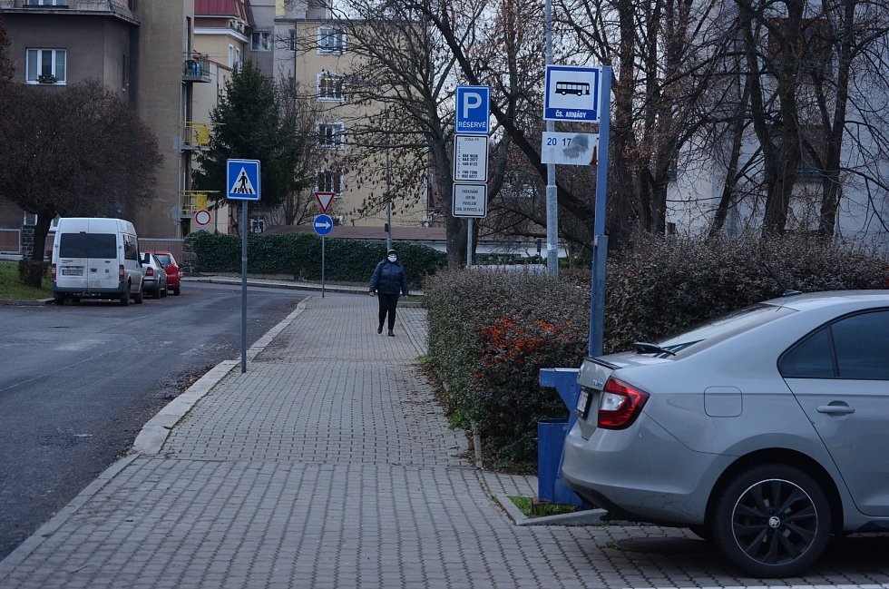 Zastávka pod bývalými kasárnami v Mostě je na parkovišti.