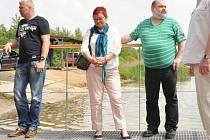 Jiří Hincák, zcela vlevo, při představení vodní záchranné služby na Matyldě. Uprostřed Hana Jeníčková, vpravo František Ryba.